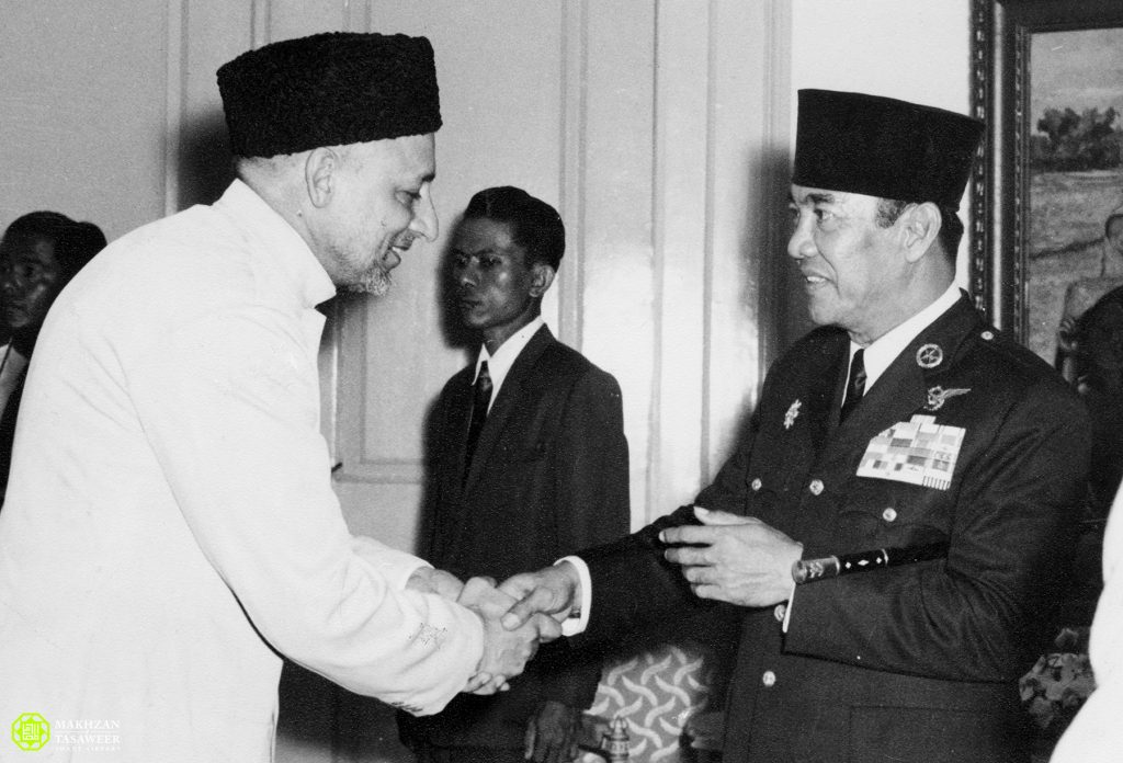 rais-ut-tabligh sayyid muhammad being received by president dr. Sokarno during state banquette held at the state palace jakarta on 8 march 1962 - New Naratif