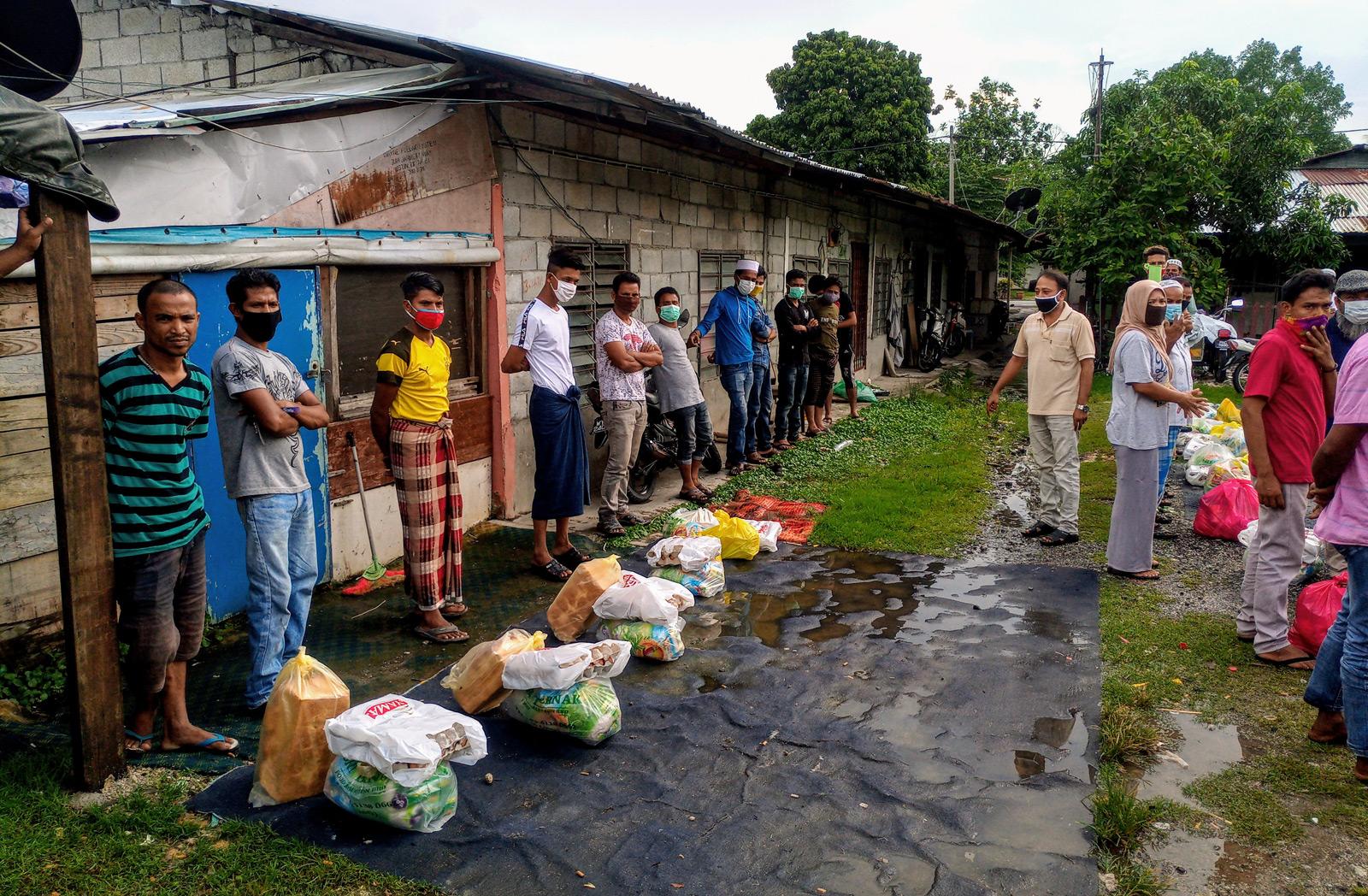 Pelarian etnik Rohingya berlindung di Malaysia, setelah melarikan diri daripada konflik dan pelanggaran hak asasi di Myanmar. Mereka hidup sebagai penghuni setinggan di bandar dan bekerja secara haram dalam ekonomi tidak rasmi. Semasa wabak COVID-19, ramai yang kehilangan pekerjaan dan menjadi sasaran ejekan dalam talian dan kata-kata benci berbaur xenofobik.
