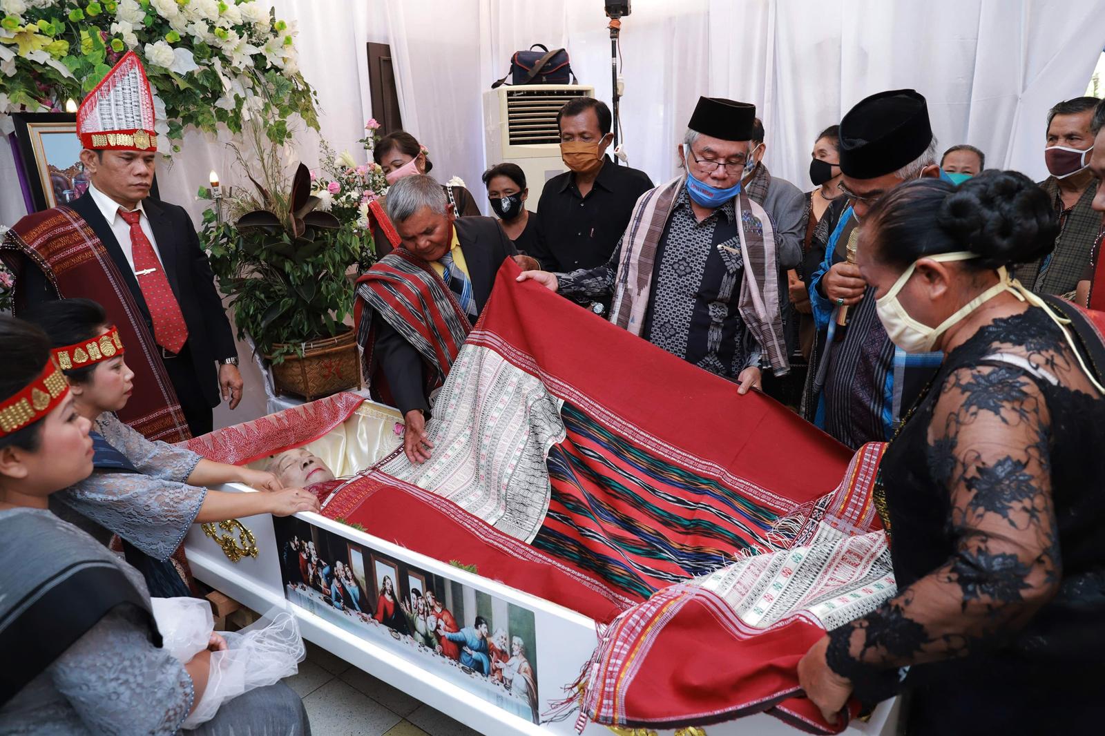 Sebuah keluarga Batak berkumpul menjalankan upacara kematian.